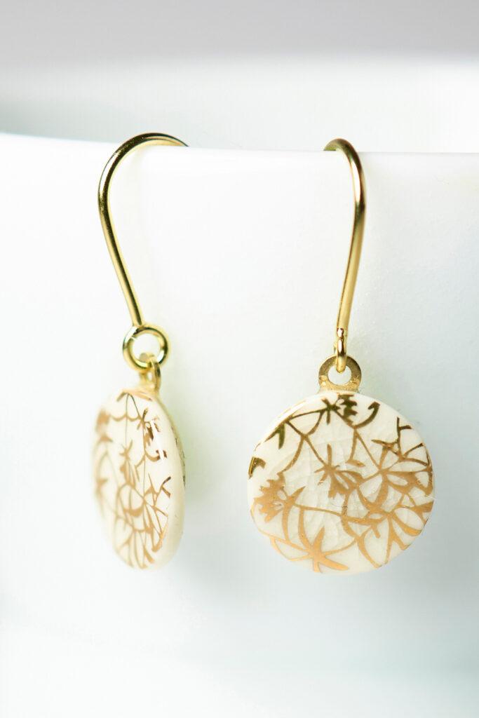 Porzellanschmuck-Ohrhänger mit Goldbrand