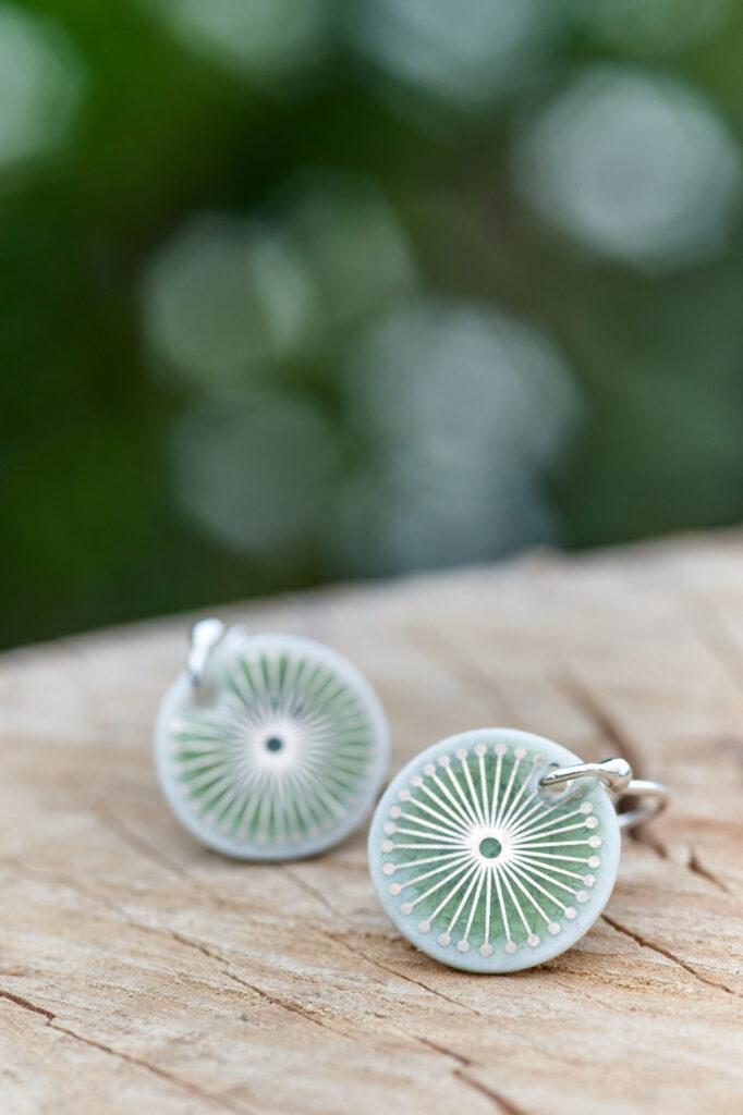 Grüne Porzellanschmuck-Ohrhänger mit Platinmuster