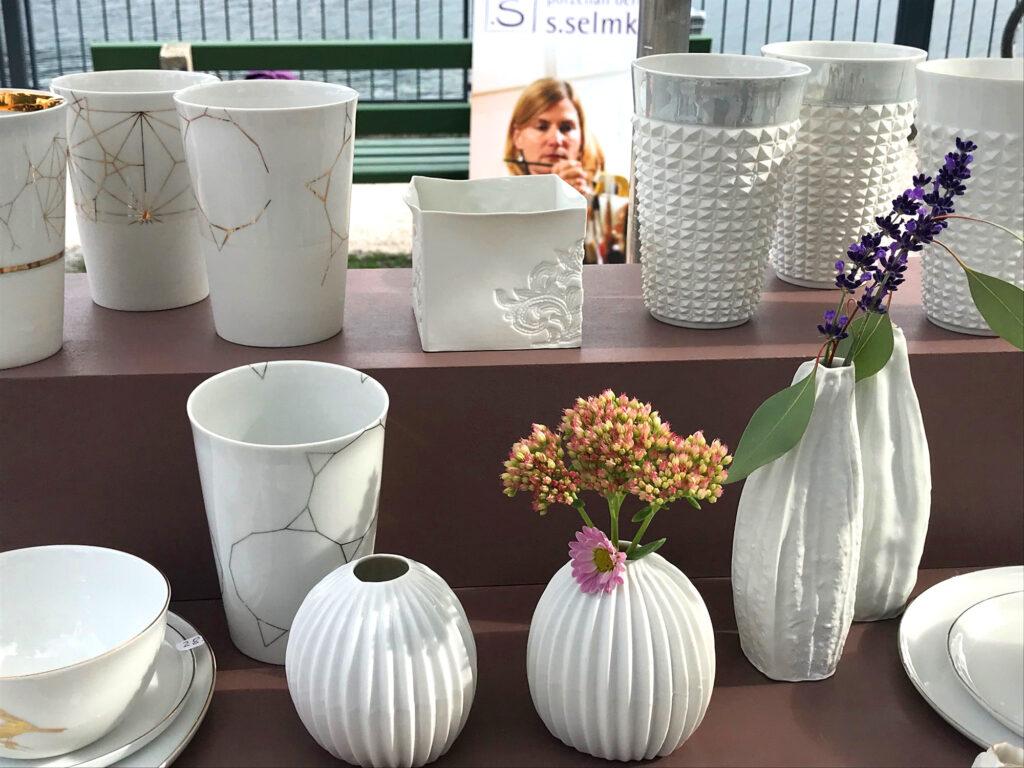 Becher und Vasen