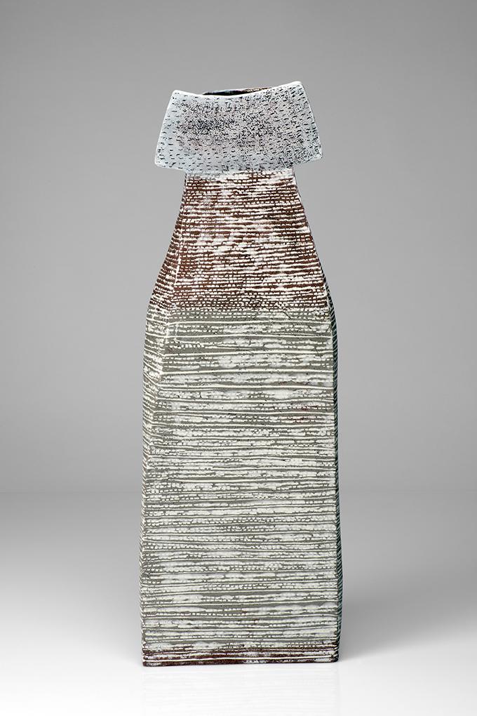 Figur Rückansicht, Steinzeug mit Porzellaninlays