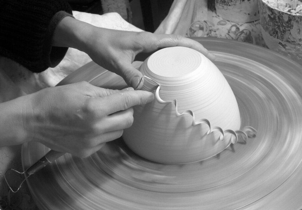 Arbeitende Hände - Abdrehen einer Schale