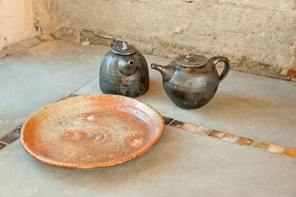 großer Teller mit zweiTeekannen, Engoben, Salzglasur, Holzfeuer