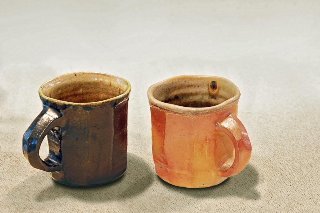 zwei Tassen, facettiert, Engoben, Salzglasur, Holzfeuer