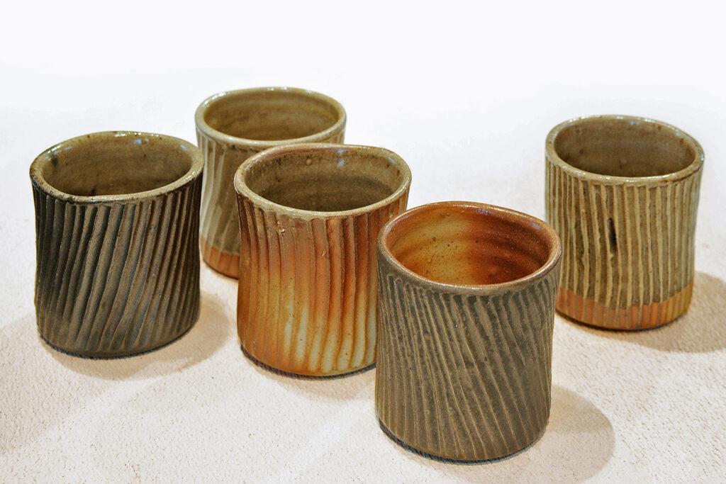 fünf kannelierte Becher, Engoben, Salzglasur, Holzfeuer
