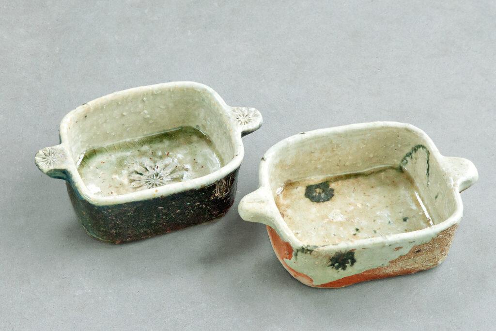 zwei Auflaufformen, gestempelt, bemalt, Salzglasur, Holzfeuer
