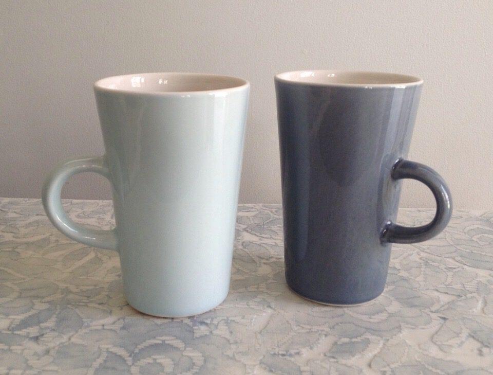 Kleine Tassen auf Porzellanplatten